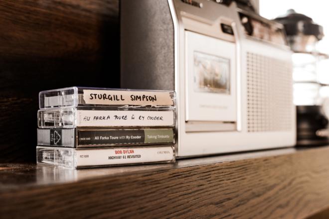 Matthew McConaughey dévoile une Tiny House équipée de ses livres et musiques préférés